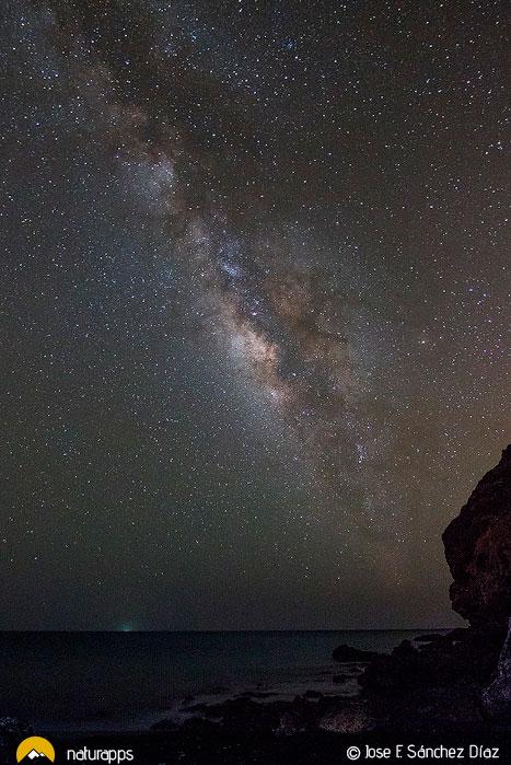 Vía lactea sobre el mar en Fuerteventura